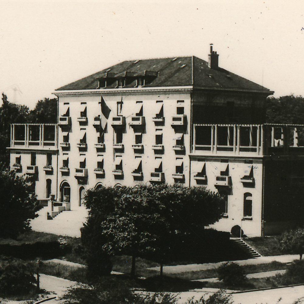 Vue de la Maison et de son environnement paysager. On aperçoit l'extrémité du pavillon Curie de la Fondation Deutsch.